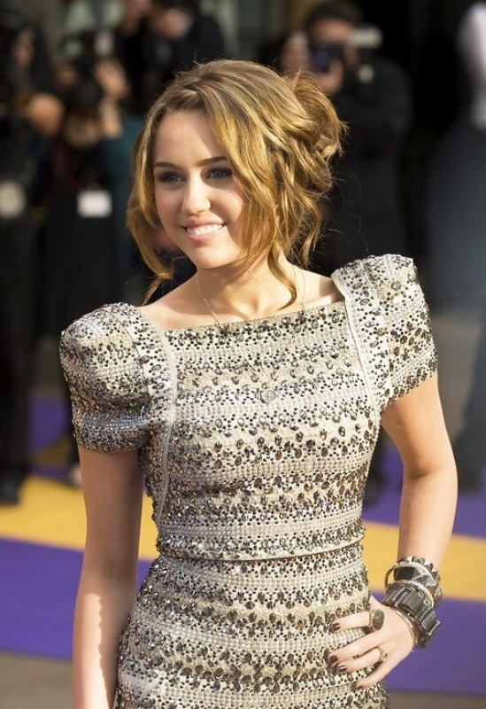 Miley Cyrus-messy-hairstyle