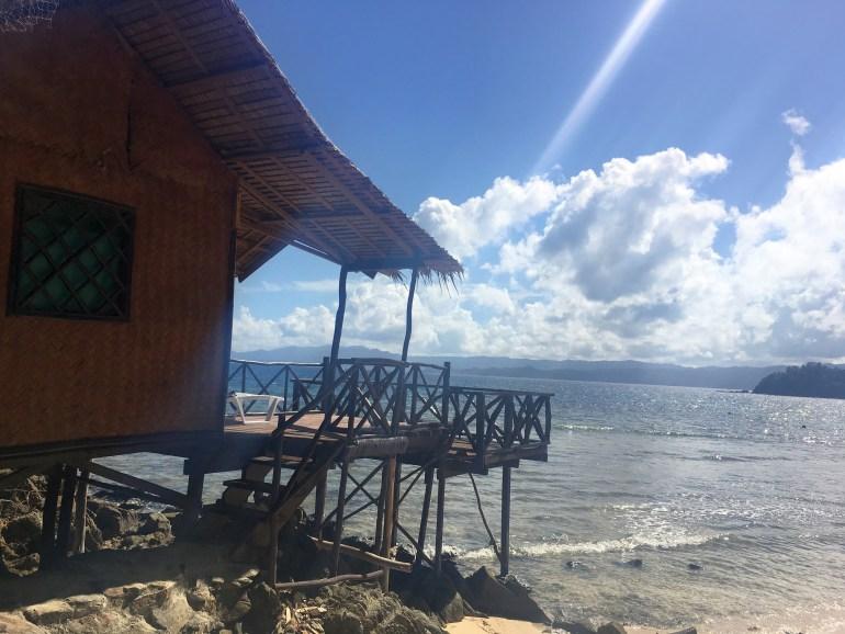 ...alebo v slamenej chatke na pláži (Filipíny).