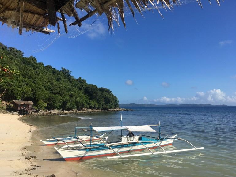 """Náš """"privátny"""" ostrov, pláž a chatka, v ktorej sme bývali. Albaguen Island, Filipíny"""