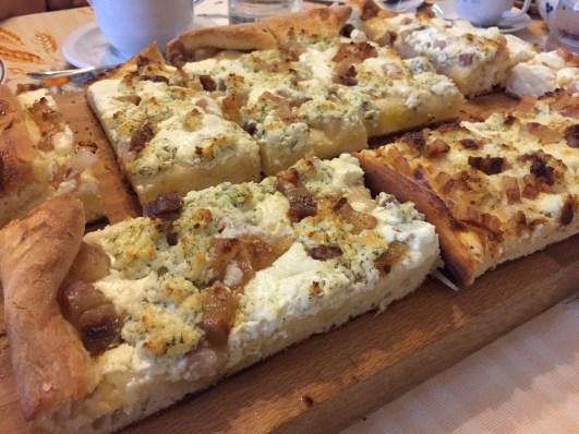 Neskutočne chutný a voňavý - tradičný posúch priamo z pece, s domácou slaninkou a kozím syrom