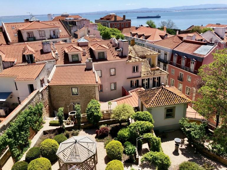 Výhľad na strechy domov z São Jorge Castle
