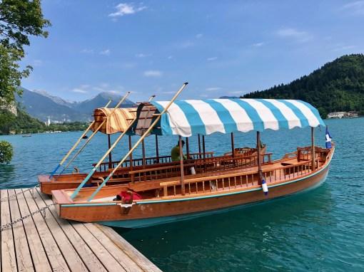 Typická drevená loďka s plátenou strechou.