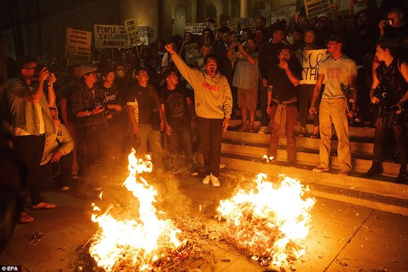 3a389d3600000578-3922098-los_angeles_protesters_lit_fires_on_the_steps_of_city_hall_in_lo-a-1_1478776851414