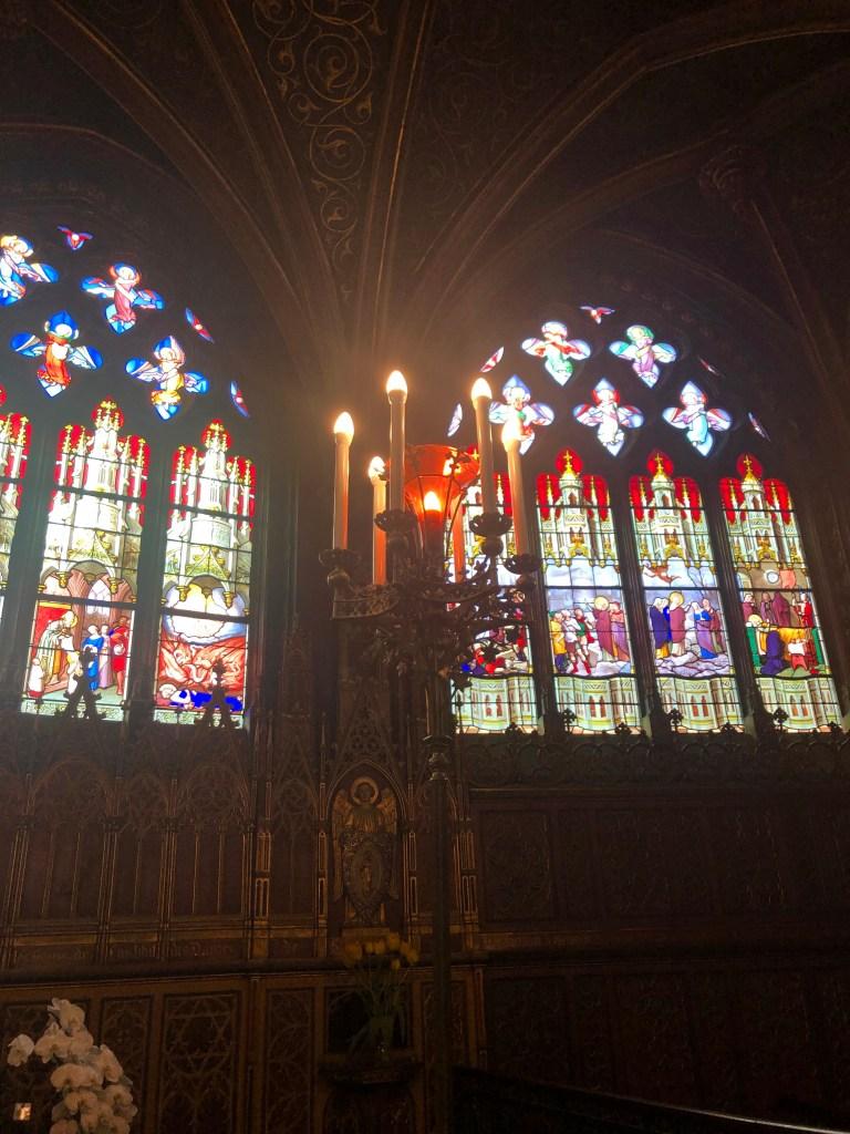 Kerzenleuchter vor den bunten Kirchenfenstern  ->st-etienne-du-mont