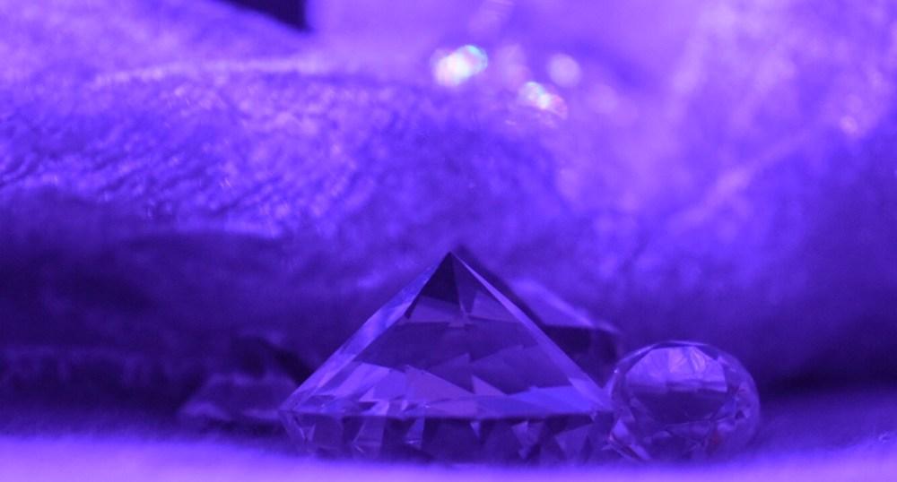 Lila angestrahlter Glas Diamant