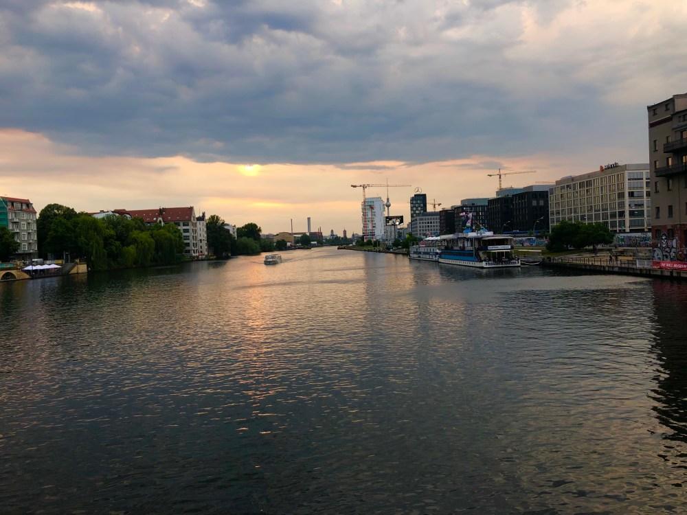Berliner Spree von der Oberbaumbrücke. Als Grenze von dem rechten Ufer von Friedrichshain zur linken Seite von Kreuzberg.