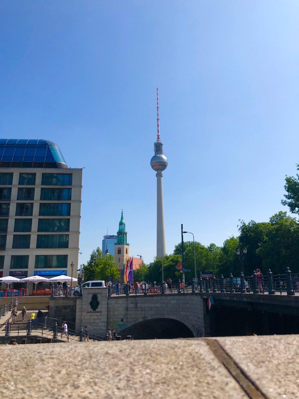 Berliner Fernsehturm von einer Brücke aus