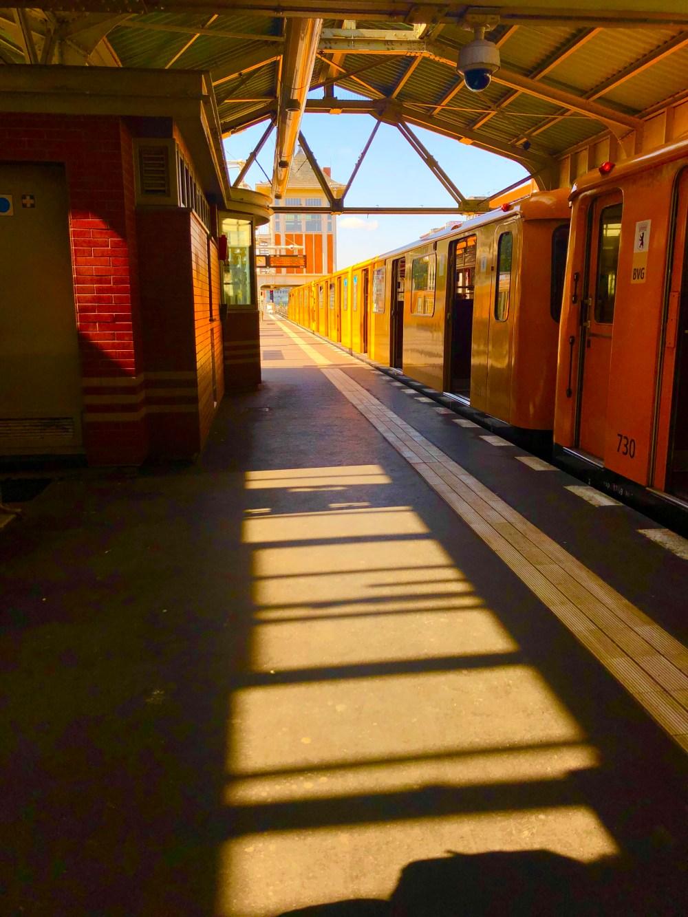Gelber U Bahn Wagen auf der Station der Warschauer Straße in Friedrichshain