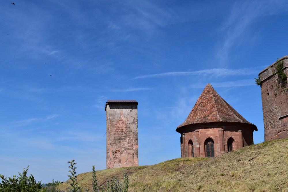 Uhrenturm und Kapelle der Burganlage von Lichtenberg