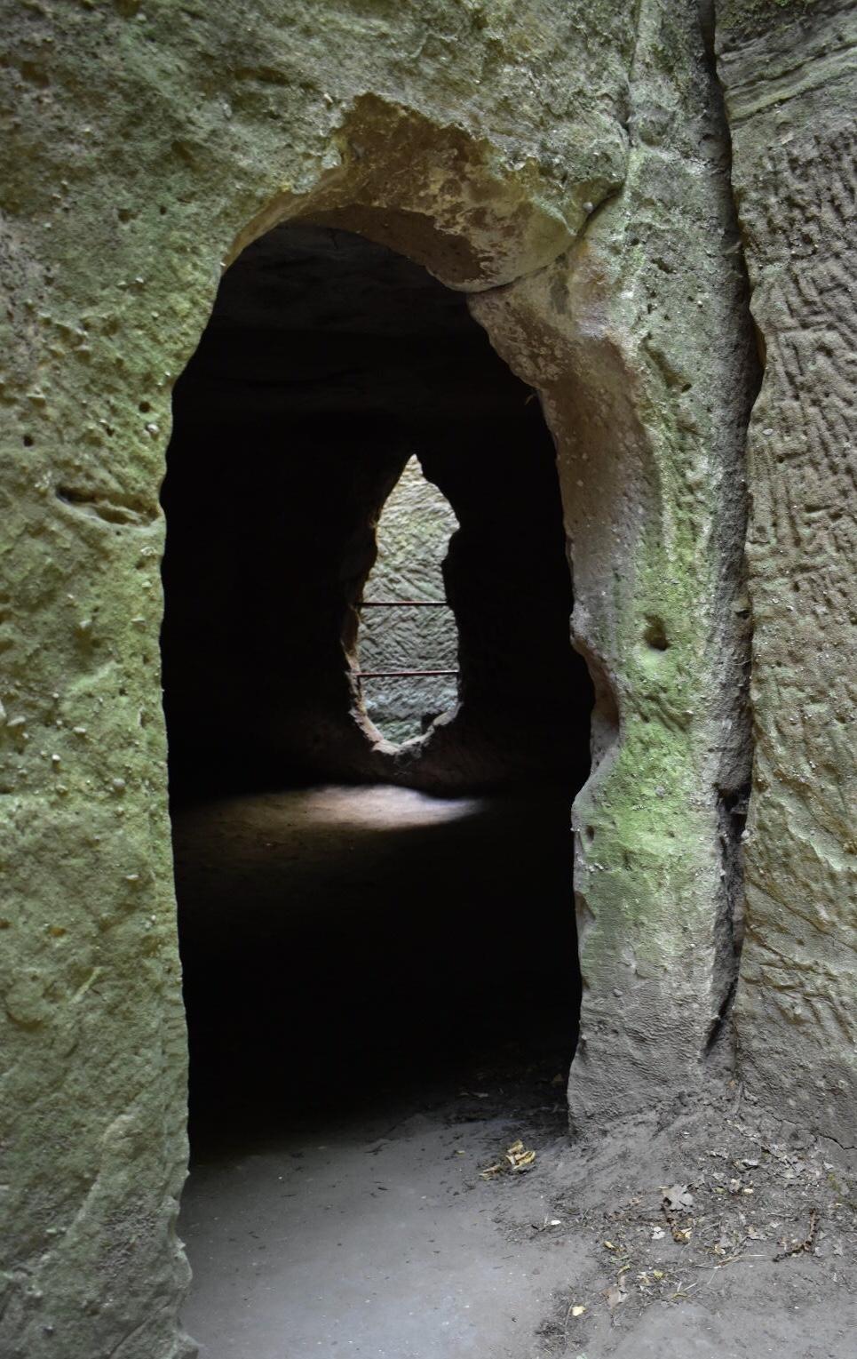 Durchgang zu dem Höhlenraum mit Durchblick zur Zisterne