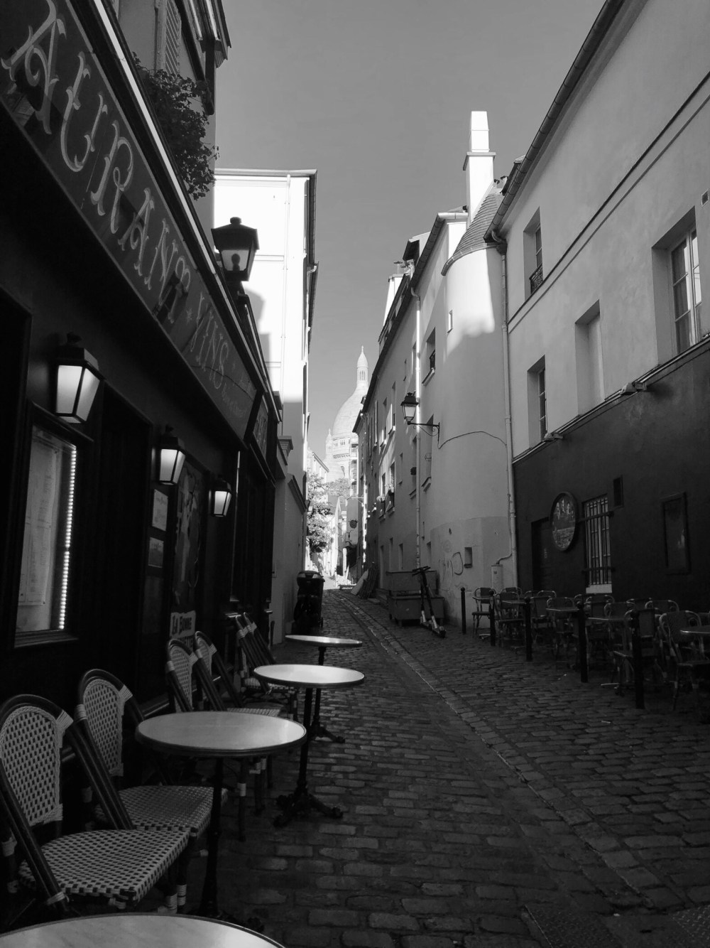 Blick über eine Straße zur Kirche Sacré-Cœur in Paris