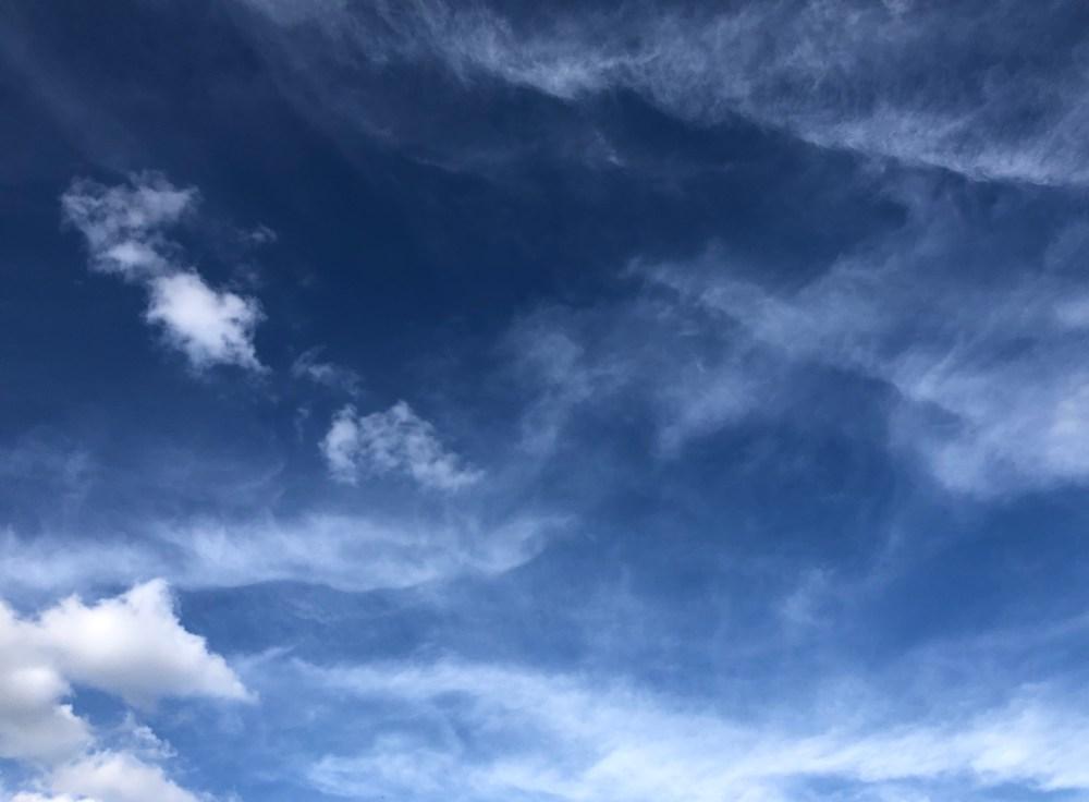 Wolken unter dem blauem Himmel