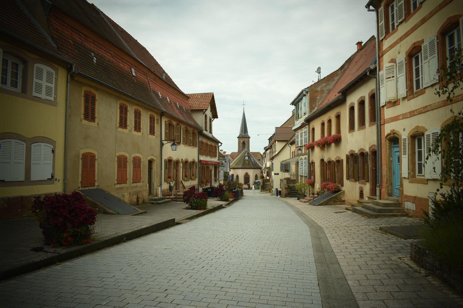 Blick über die Rue du Château zur Kirche