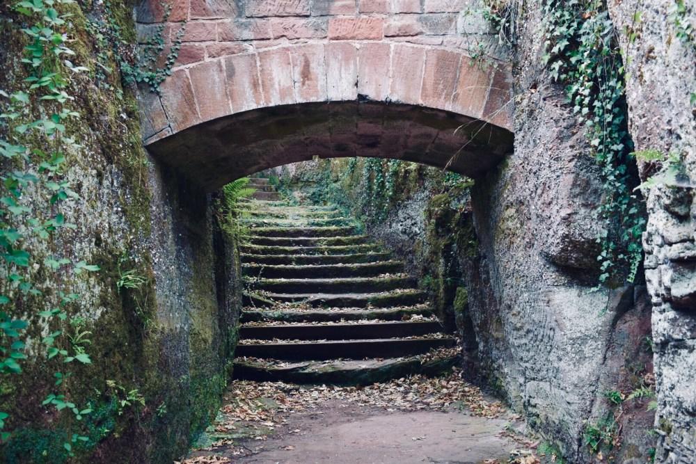 Treppe unter einer Steinbrücke