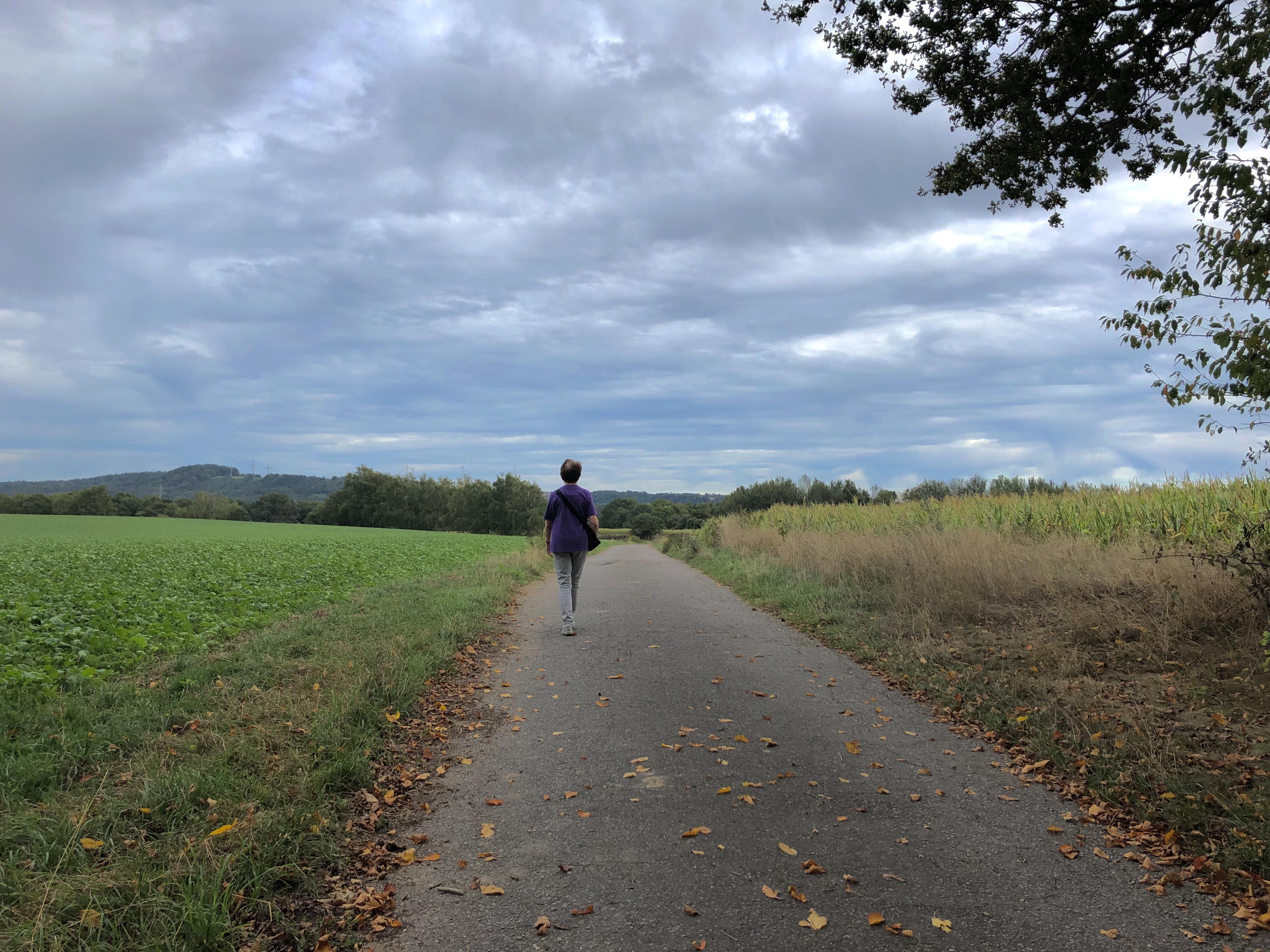 Frau, die durch das Feld spazieren geht