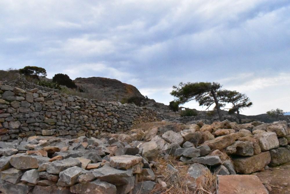 Zerfallene und erhaltene Mauern