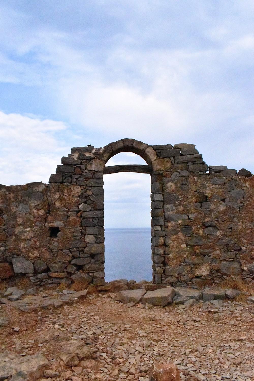 Blick auf das Meer durch ein Fenster in der Mauer