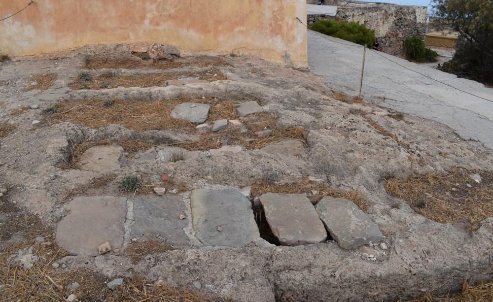 Alte Gräber vor der Kapelle