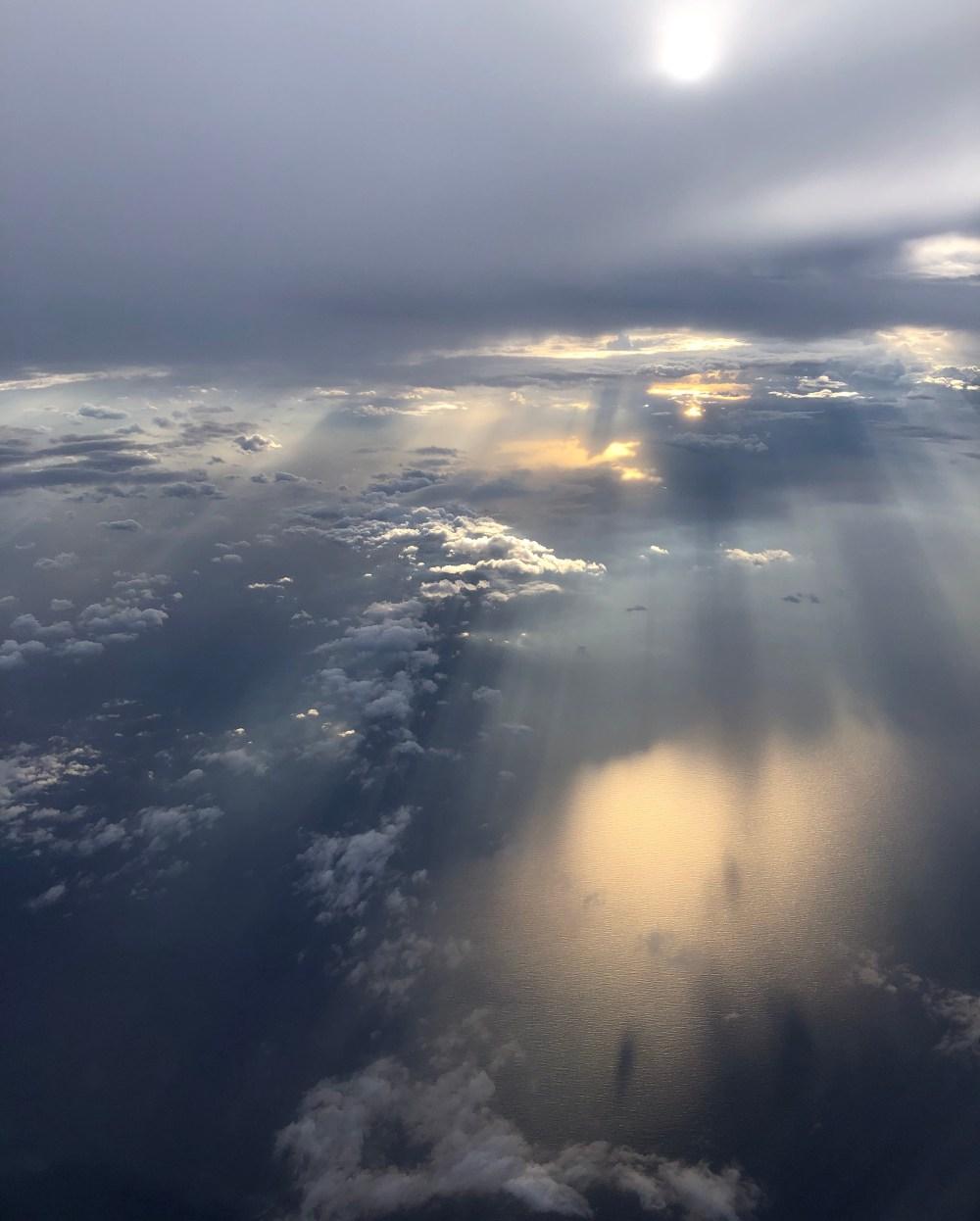 Viele kleine Wolken über dem Meer