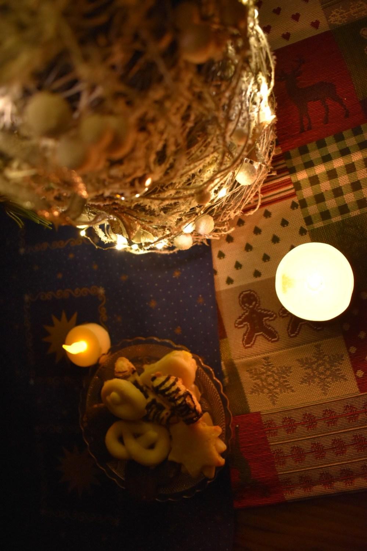 Plätzchen mit Weihnachtsdekoration im Kerzenschein