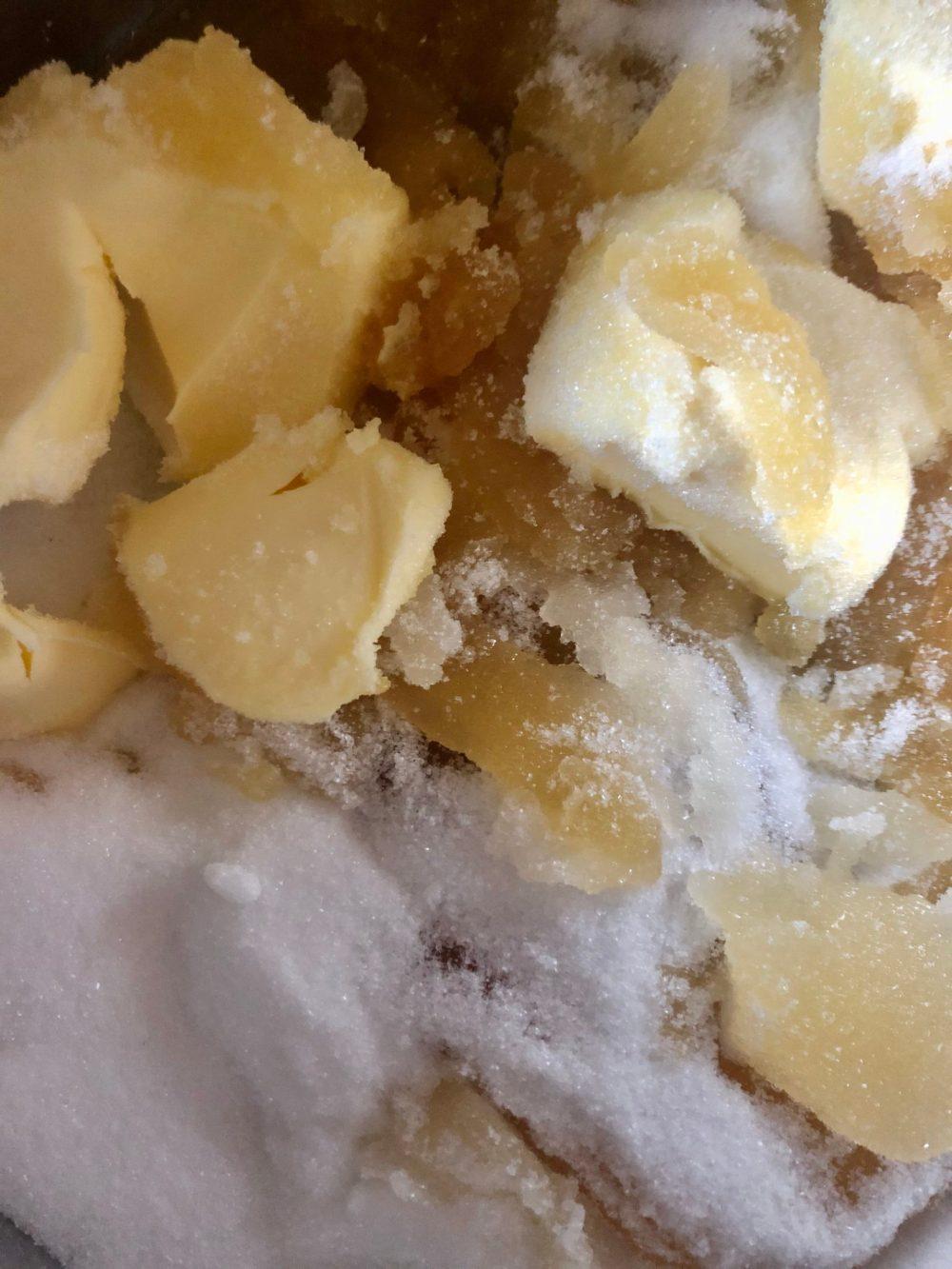 Teil eines Plätzchen Teiges aus Butter, Zucker und Honig
