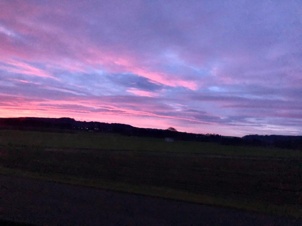 Von der aufgehenden Sonne, rosa gefärbter Himmel
