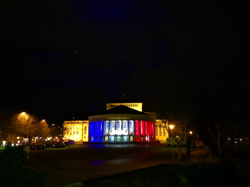 Beleuchtetes Staatstheater im dunklen vor dem Saarbrücker Christkindlmarkt