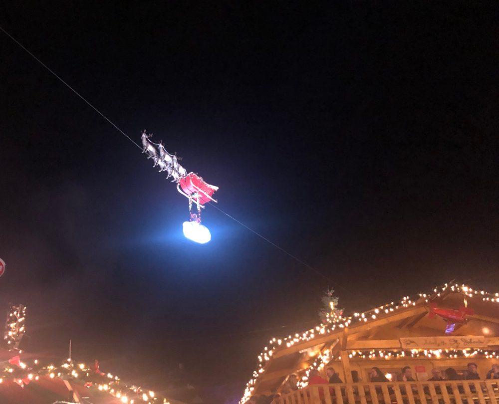 """Der """"fliegende Weihnachtsmann"""" auf dem Christkindlmarkt in Saarbrücken"""