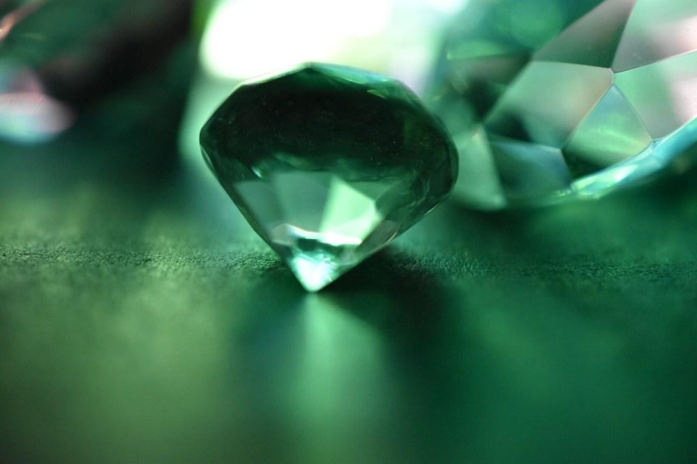 Glasdiamant im grünlichen Licht