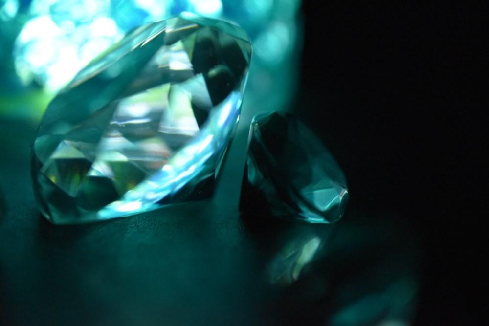 Grün beleuchtetes Glasgegenstände im dunklen