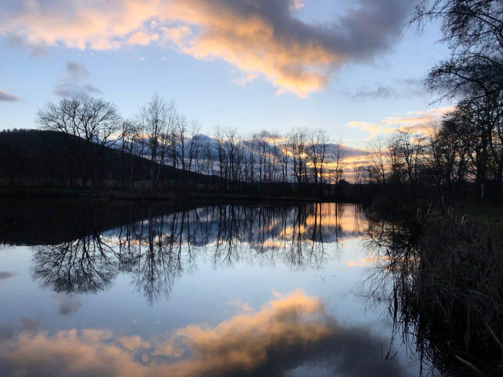Reflexion der Landschaft mit dem Himmel auf dem Weiher