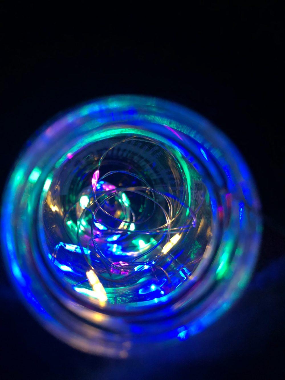 Bunte Lichterkette erstrahlt die Glasflasche