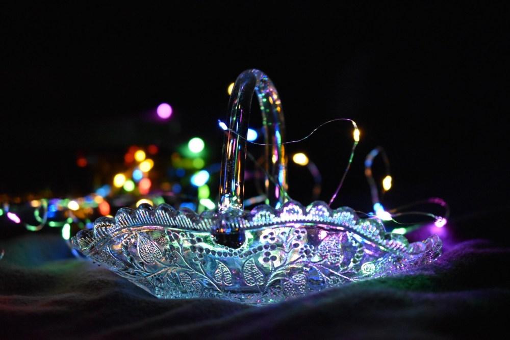 Glasschale von der Seite mit Lichterkette im Hintergrund