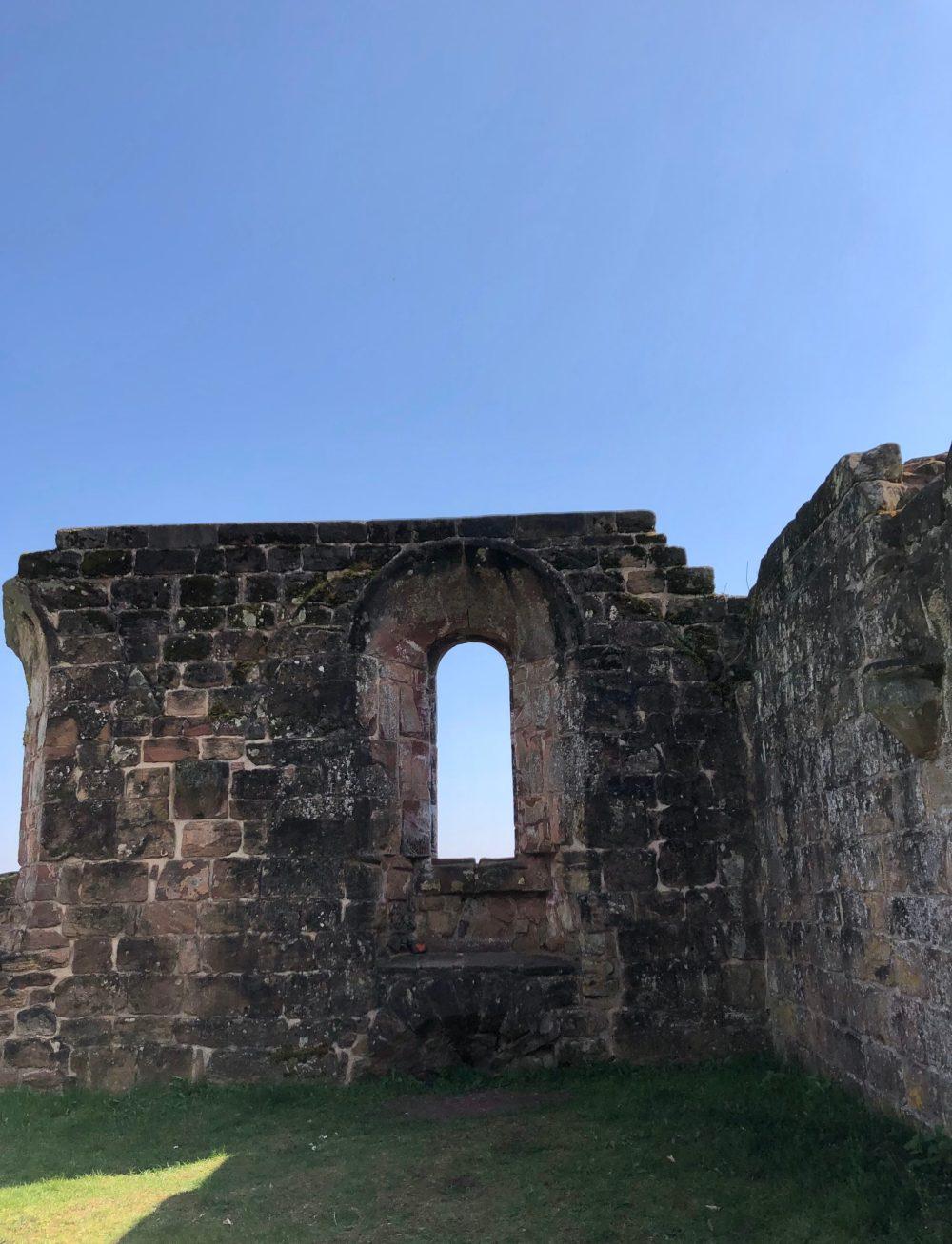 Teile der Wand mit Fenstern