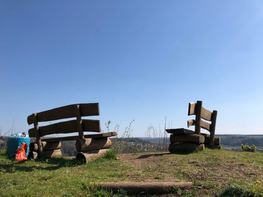 Zwei Bänke vom Aussichtspunkt