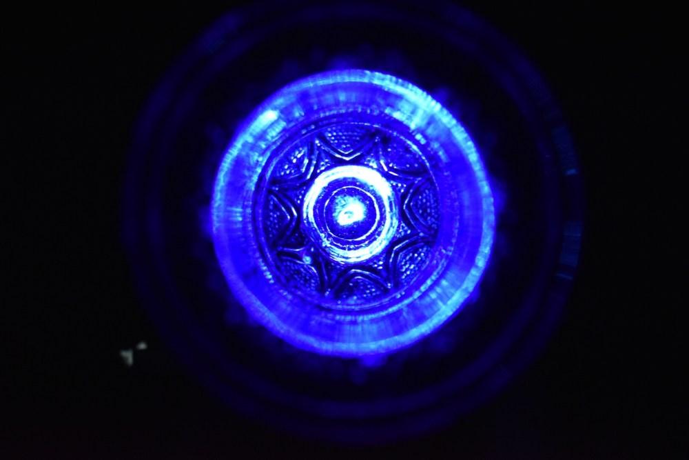 Blick in ein blaues Glas