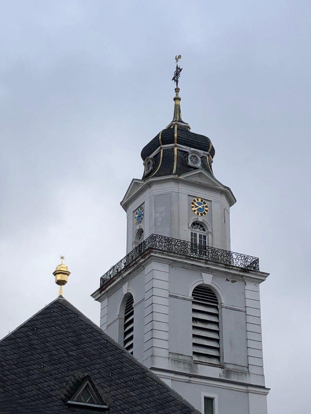 Turm der Friedenskirche in Saarbrücken neben dem Ludwigsplatz