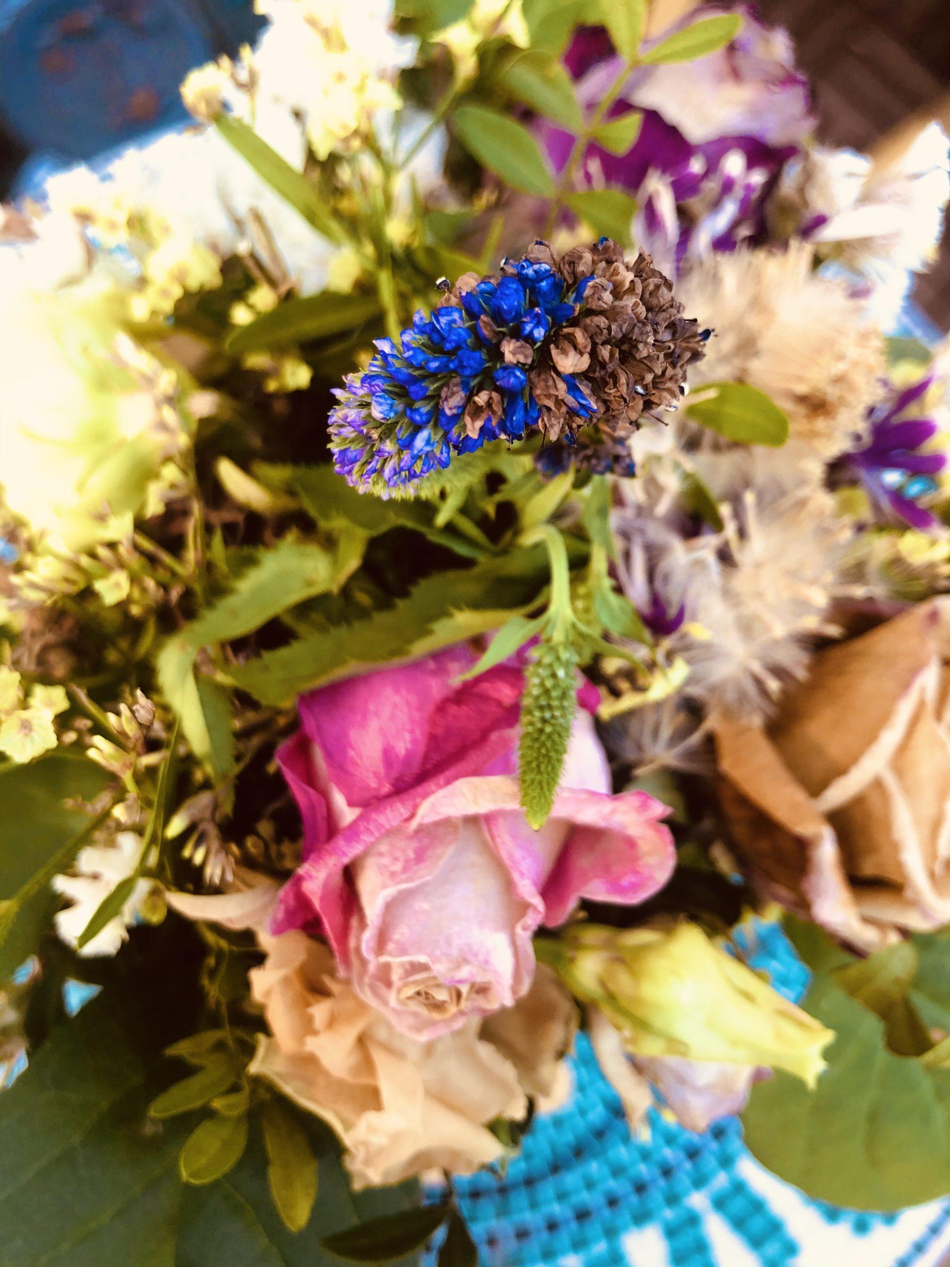Blumenstrauß mit hoher Sättigung und warmen Farbton bearbeitet