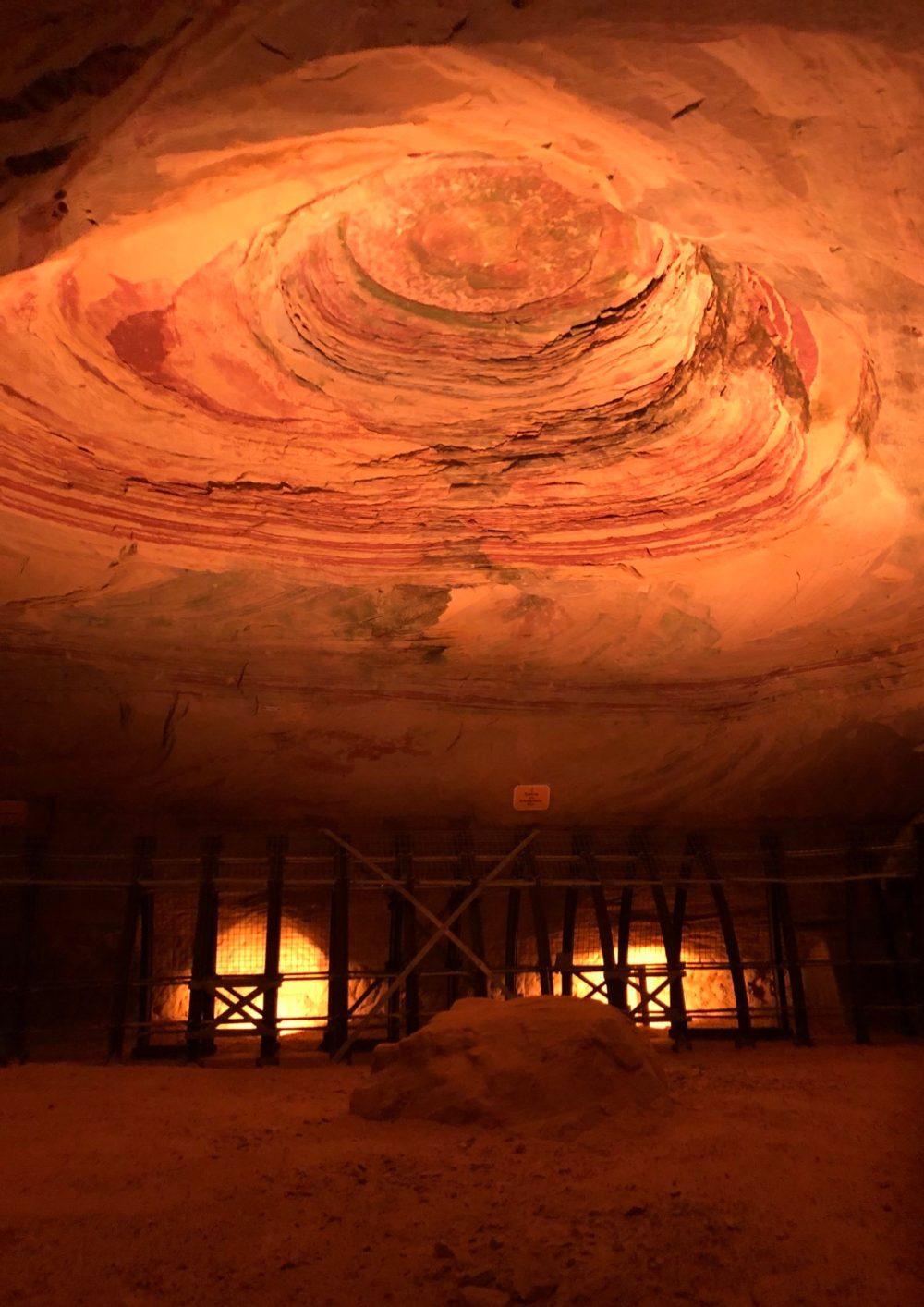 Beleuchteter Thronsaal, der der größte Raum im Bergwerk ist