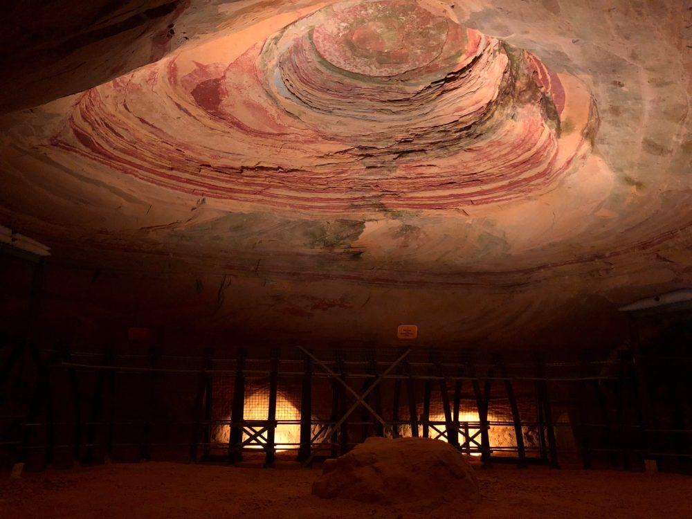 Beleuchtete Sandsteindecke des Thronsaals