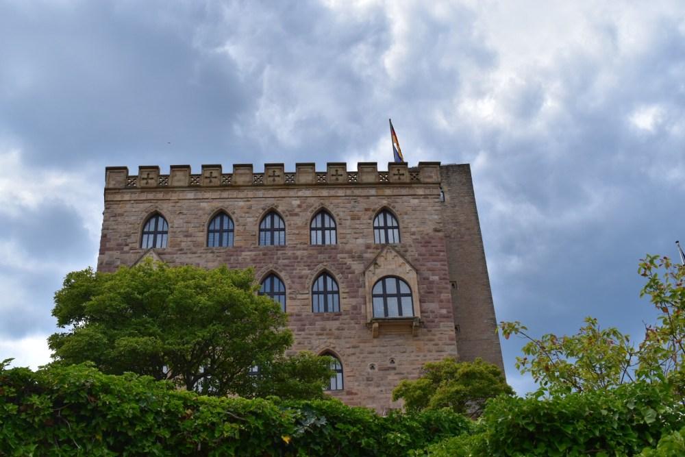 Hambacher Schloss bei dunklem Himmel