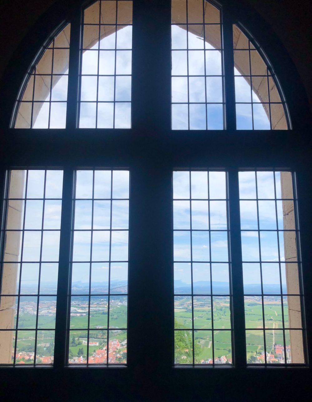 Blick durch das Fenster des Schlosses
