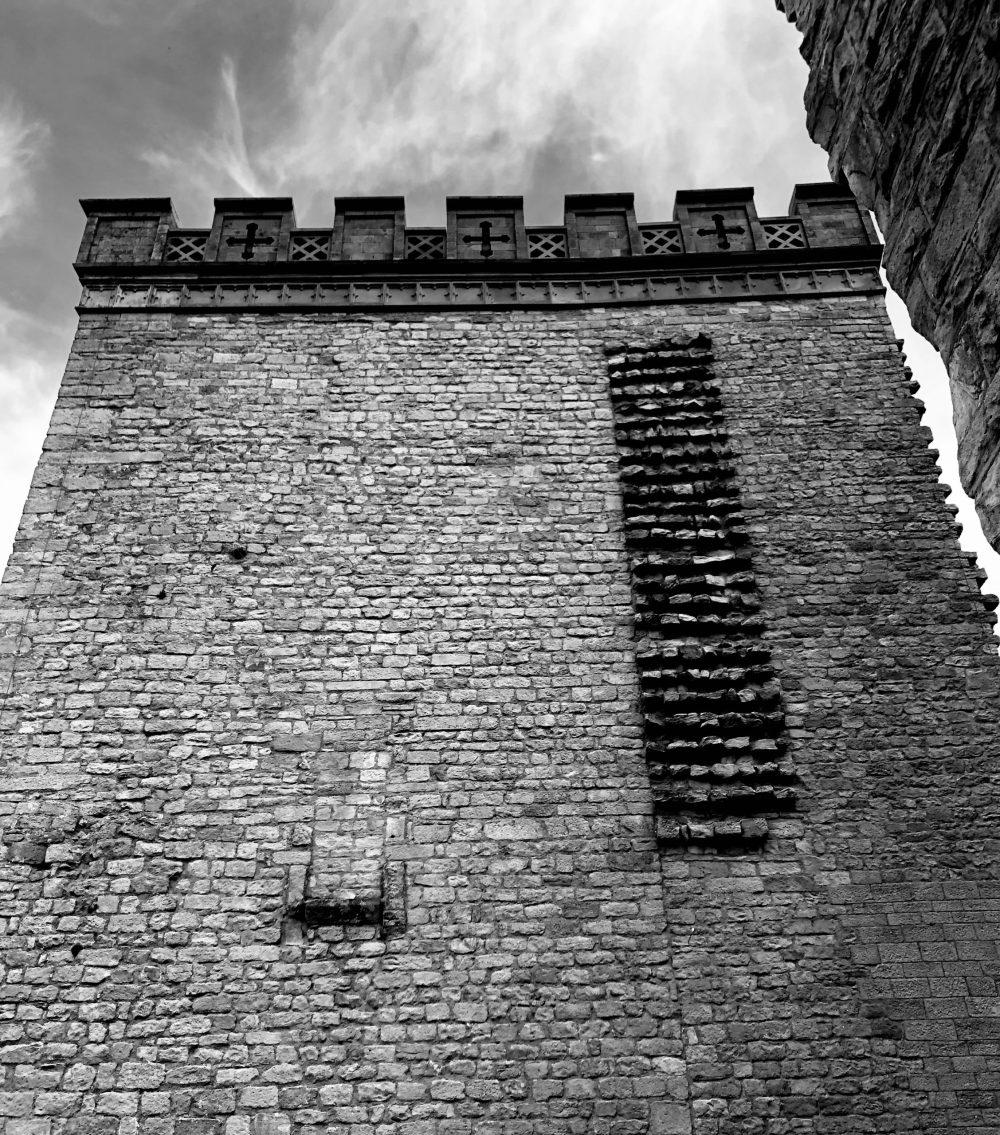Bergfried in schwarz weiß