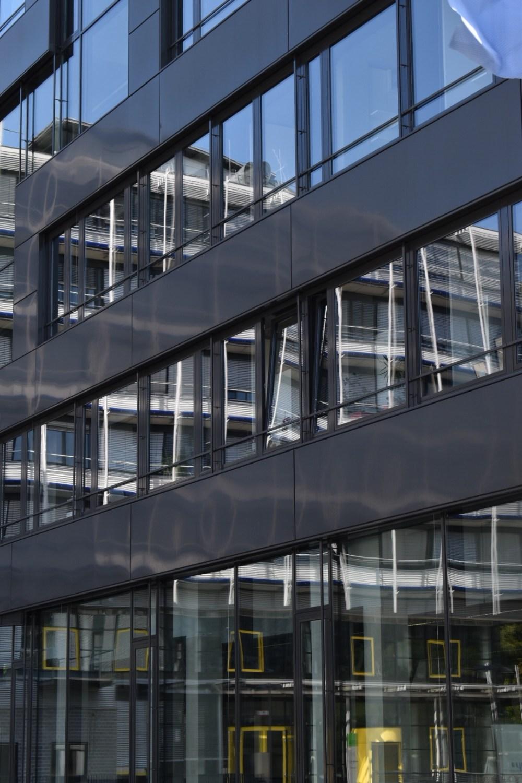 Gebäude spiegelt sich in einem Gebäude