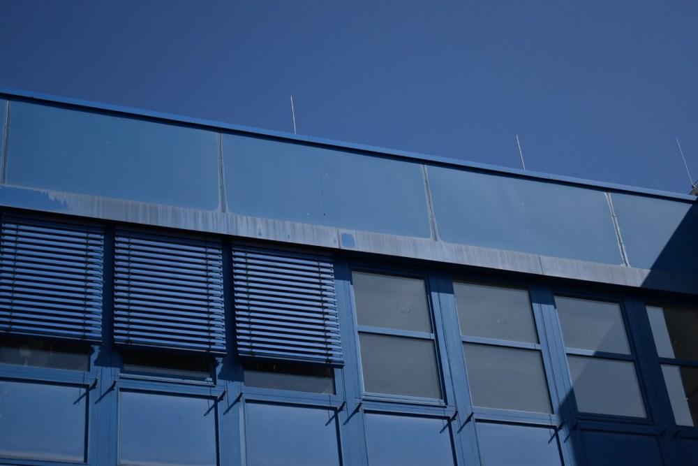 Blaues Gebäude unter blauem Himmel