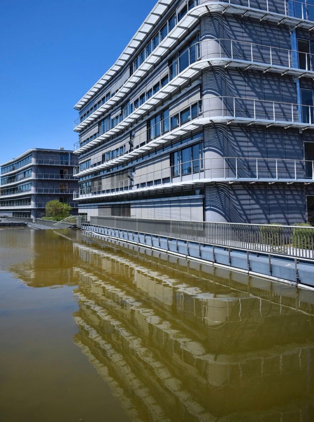Bürogebäude spiegelt sich im Wasser