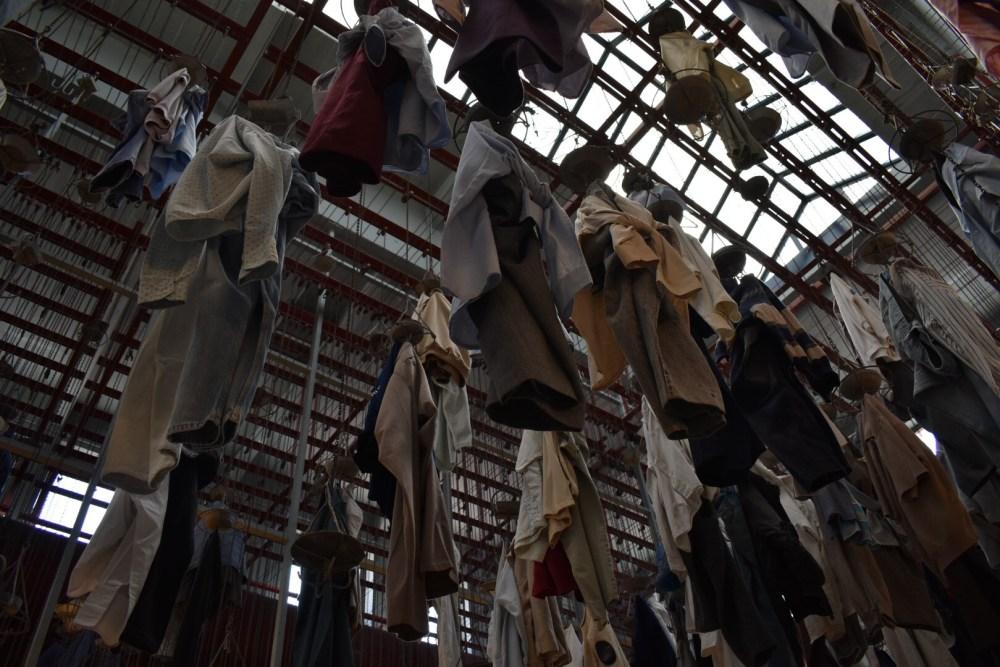Aufgehängte Kleider unter dem Dach