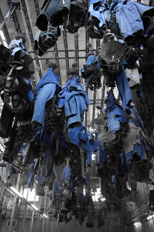 Herunterhängende Kleider mit selektiver Farbe bearbeitet