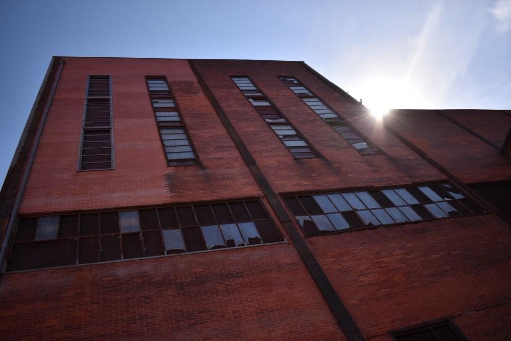 Sonnenstrahlen über dem alten Bergwerkgebäude