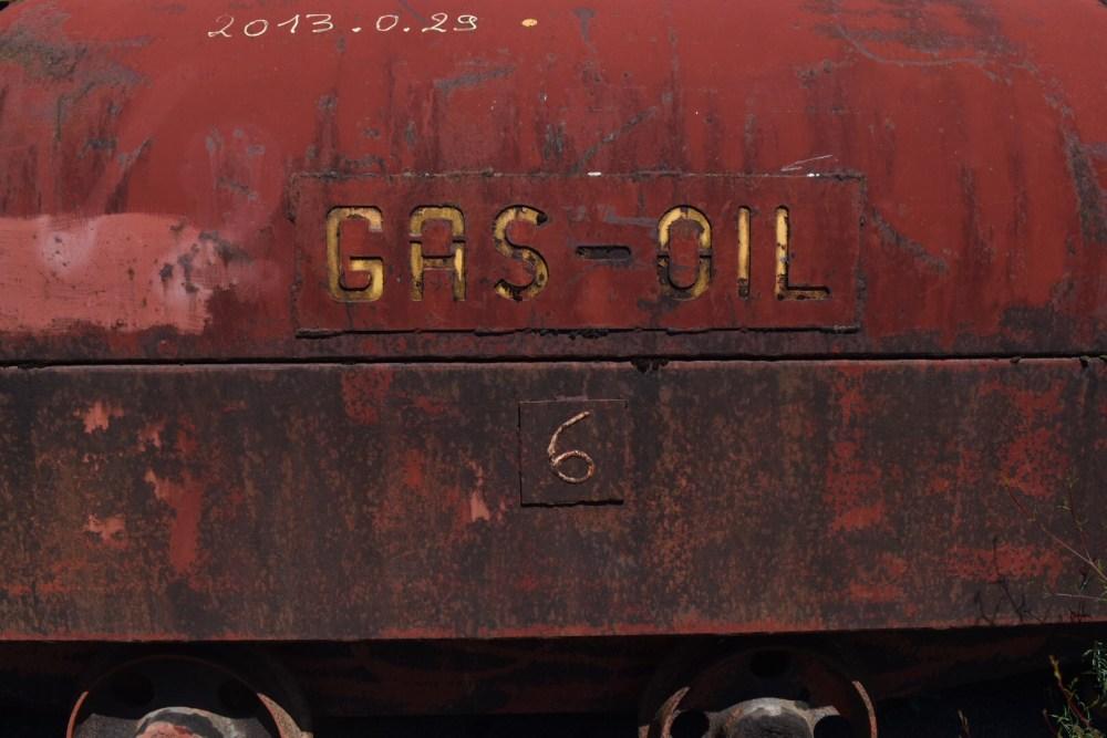 """Roter Wagon mit der Aufschrift """"Gas-oil"""" (=Diesel)"""